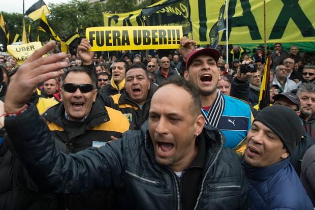 Aproximadamente 5 mil taxistas protestaram no centro da capital (Foto: Eitan Abramovich/AFP)