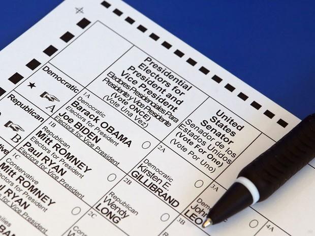 Cédula de votação de papel é vista em uma mesa num posto eleitoral de Old Bethpage, em Nova York, em 2012 (Foto: AFP/Bruce Bennett/Getty Images)
