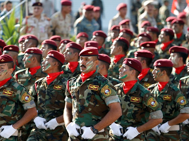 Grupo participa de parada militar na praça Tahrir, em Bagdá, nesta quinta-feira (14) (Foto: Khalid al Mousily/Reuters)