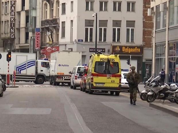 Policial em rua de Bruxelas, na Bélgica, onde a polícia fez um cerco na Place Monnaie (Foto: AP/APTN)