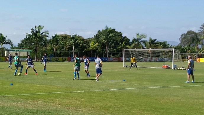 Treino do Cruzeiro na Toca da Raposa II: atividade foi em campo reduzido (Foto: Marco Antônio Astoni)