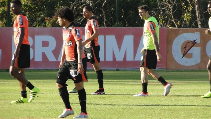 Luan e Lucas Pratto treinam com bola e estão à disposição do Atlético-MG (Foto: Fernando Martins Y Miguel)