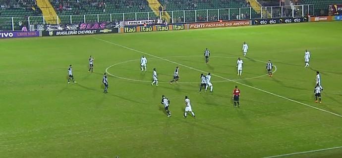 Disputa de bola de Fred com Elicarlos resultou na expulsão do atacante do Galo (Foto: Reprodução/Sportv)