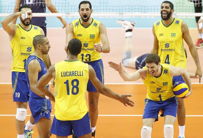 Lucarelli recebe os cumprimentos de toda a seleção, na vitória por 3 a 0 sobre a Itália (Foto: Divulgação/FIVB)