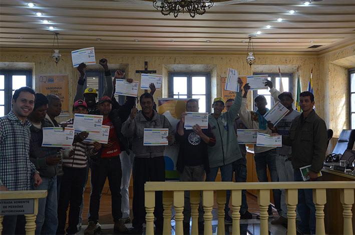 Moradores de rua recebem certificado de curso preparatório para concurso. / Foto: Divulgação.