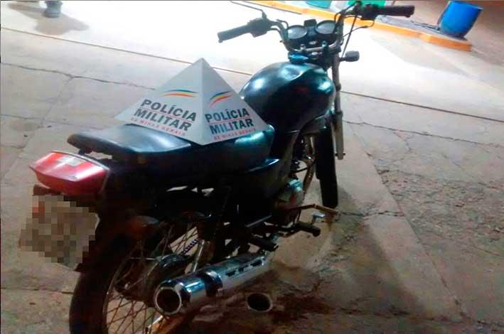 Jovem estava com uma motocicleta, que havia sido roubada no último mês. / Foto: Polícia Militar