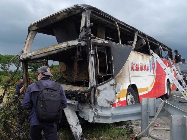 Investigadores inspecionam ônibus que transportava turistas da China em Taiwan (Foto: Sam Yeh / AFP Photo)