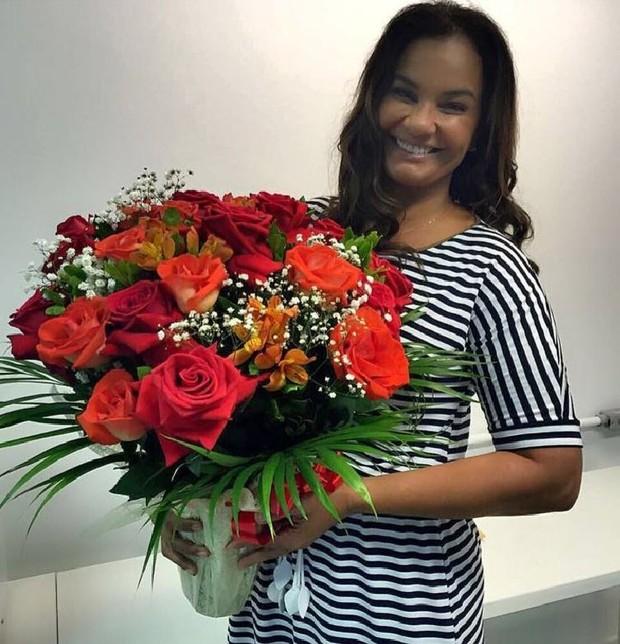 Solange Couto com o buquê de rosas colombianas presenteado pelo marido, Jamerson (Foto: Reprodução/Instagram)