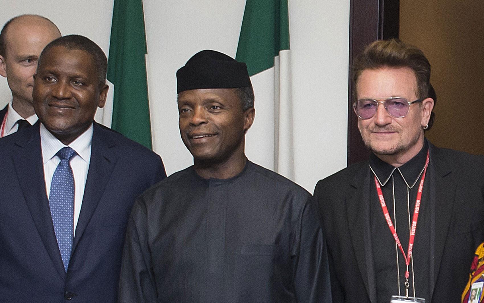 O vice-presidente da Nigéria, Yemi Osinbajo (centro) posa ao lado de Aliko Dangote e do cantor Bono durante encontro em Abuja, na segunda (29) (Foto: Stringer/AFP)