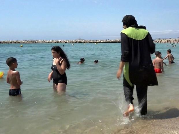 Depois do ataque em Nice, cerca de 20 munícipios francês proibiram o uso de burquini nas praias (Foto: AP Photo, File)