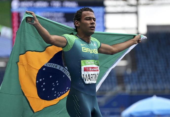 Descrição da imagem: com a bandeira do Brasil nas mãos, Daniel Martins comemora ouro no Engenhão (Foto: Reuters)