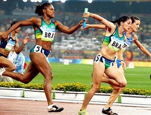 Thaisa recebe o bastão de Lucimar na final olímpica de 2008 (Foto: Divulgação/COB)