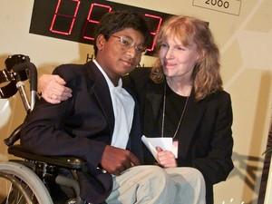 A atriz Mia Farrow posa com seu filho Thaddeus, em 2000 (Foto: AP/Richard Drew/Arquivo)