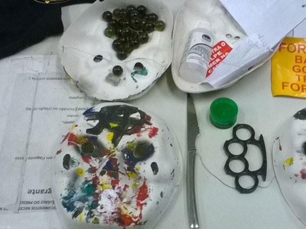 PM divulgou foto de objetos apreendidos com manifestantes detidos em SP (Foto: Divulgação/Polícia Militar)