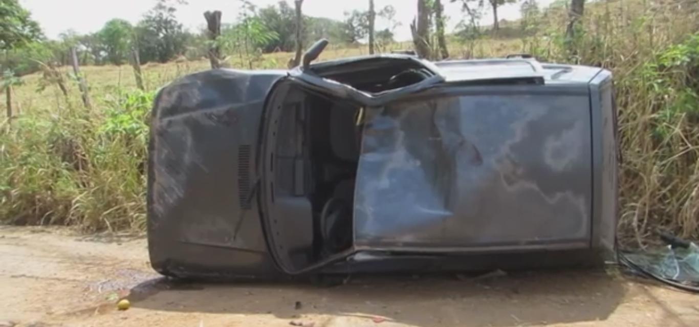 Segundo informações, a vítima capotou após uma curva e bateu em um barranco