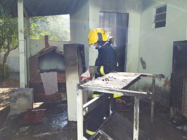 Curto circuito teria causado o incêndio, em Varginha (MG) (Foto: Corpo de Bombeiros)