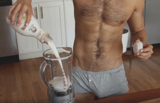 Apenas de cueca, Franco Noriega ensina a cozinhar em seus vídeos (Foto: Reprodução/Facebook)