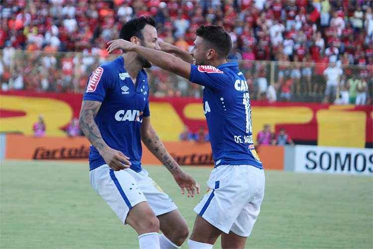 Ariel Cabral comemora com o uruguaio Arrascaeta o gol do Cruzeiro na vitória em Salvador