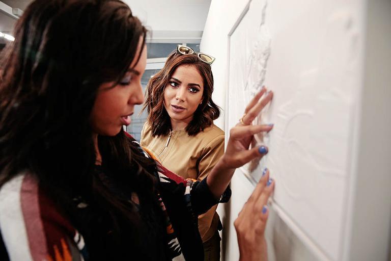 Ela acompanhou a amiga, Nathália, que é deficiente visual, na exposição