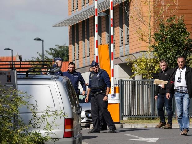 Policiais investigam ataque de homem com uma faca contra dois policiais em Bruxelas, nesta quarta-feira (5) (Foto: Olivier Matthys/AP)