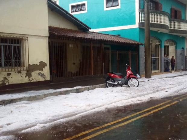 Chuva deixou uma grossa camada de gelo em Ipuiúna (Foto: Reprodução EPTV)
