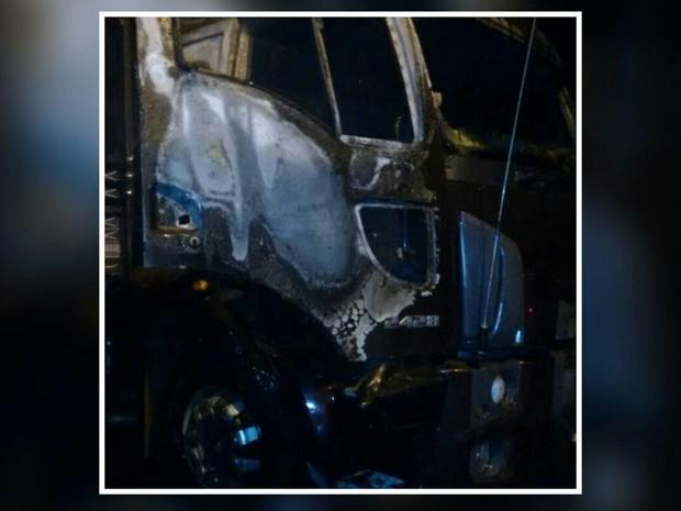 Caminhão foi incendiado por vizinho do proprietário na madrugada desta quinta-feira (13) em Extrema (Foto: Corpo de Bombeiros)