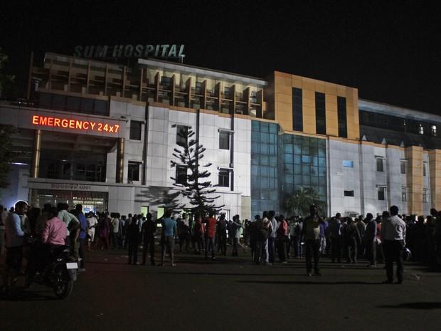 Pessoas se reúnem em frente a hospital em Bhubaneswar, em que incêndio atingiu unidade de tratamemnto intensivo nesta segunda-feira (17) (Foto: AP Photo)