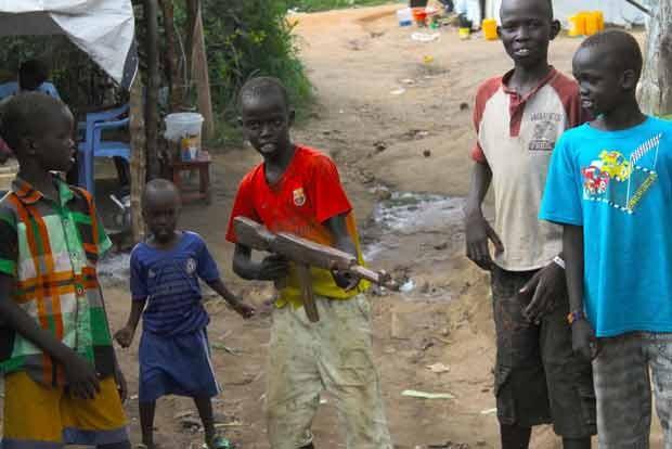 Crianças brincam com arma de brinquedo no Sudão do Sul (Foto: Justin Lynch/AP)