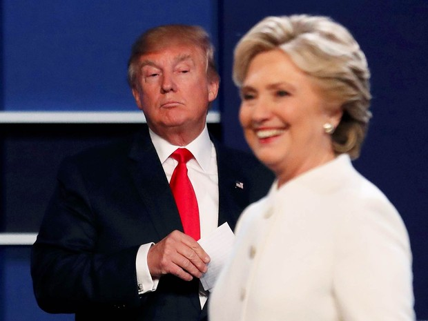 O candidato republicano Donald Trump observa a democrata Hillary Clinton ao fim de debate na Universidade de Las Vegas, Nevada, em 19 de outubro (Foto: Mike Blake/Reuters)