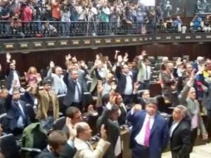 Parlamentares aprovam o julgamento político de Maduro (Foto: Reprodução/Twitter/Asamblea Nacional de Venezuela)