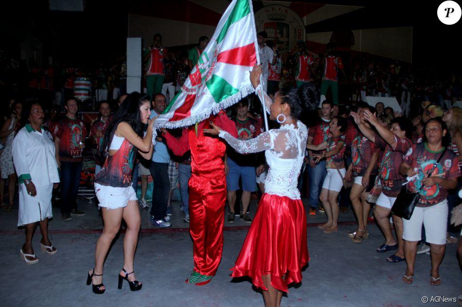 Carnaval: Paloma Bernardi beija a bandeira da agremiação © AGNews