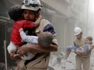 Membros da Defesa Civil resgatam crianças após ataque aéreo na cidade síria de Aleppo (Foto: Sultan Kitaz/Reuters)
