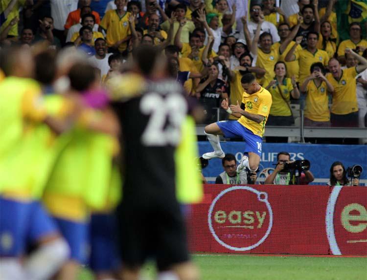 Neymar marcou um gol e levou a melhor no duelo diante do amigo Lionel Messi