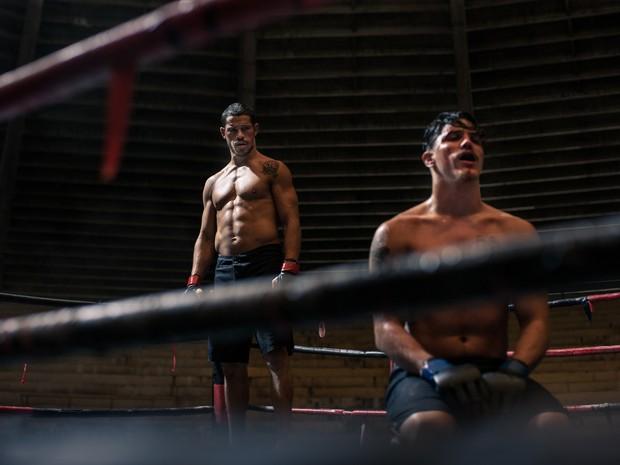 José Loreto e Romulo Neto em cena de 'Mais forte que o mundo': fime de ação de Afonso Poyart tem classificação 14 anos e é exibido às 16h e 21h30 no cinema do shopping de Varginha (Foto: Divulgação)