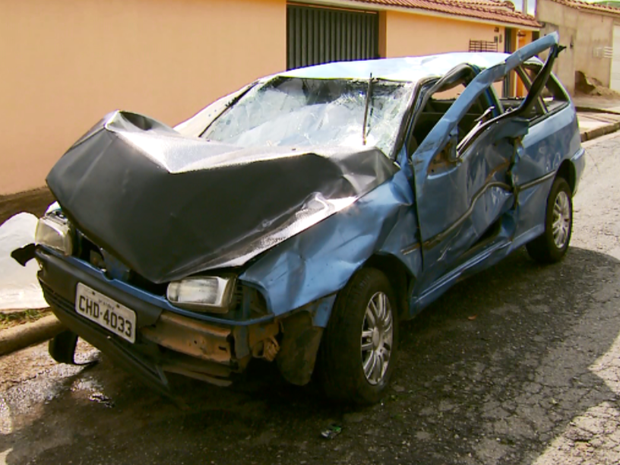 Veículo onde as vítimas estavam ficou muito danificado (Foto: Reprodução EPTV)