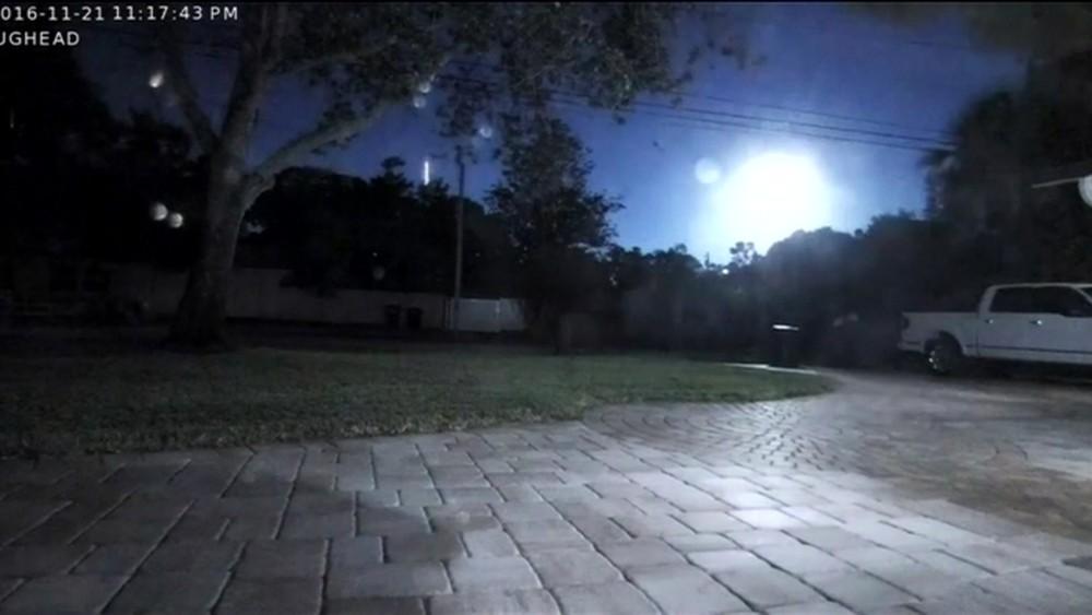 Moradores da Flórida foram surpreendidos no meio da noite por um clarão no céu (Foto: BBC)