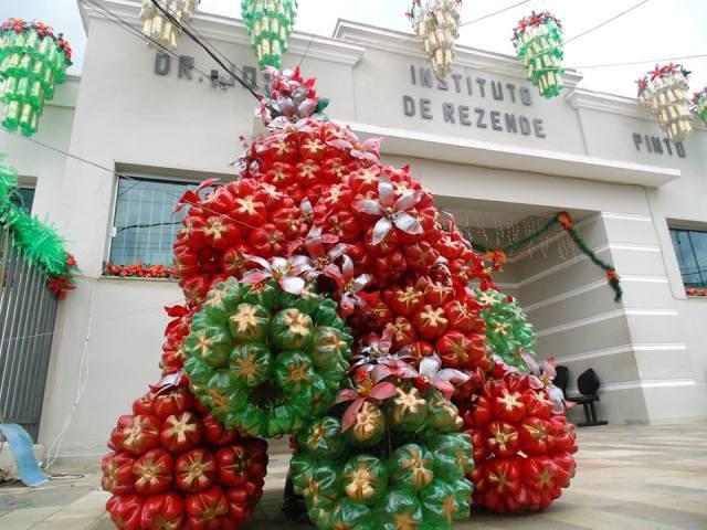 Toda a confecção da decoração é realizada com garrafas pets e materiais recicláveis, confeccionados pelos alunos da FUVAE