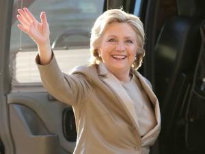 Hillary Clinton chega para votar em Chappaqua, em Nova York, nesta terça-feira (8) (Foto: Seth Wenig/AP)