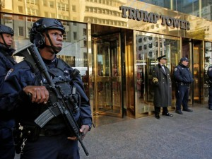 Policiais de equipe de combate ao terrorismo guardam a entrada da Torre Trump, onde mora o candidato republicano Donald Trump em Nova York, após as medidas de segurança serem reforçadas devido ao risco de atentado no dia da votação para presidente nos EUA (Foto: Andrew Kelly/Reuters)