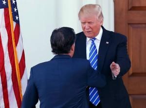 Presidente eleito Donald Trump cumprimenta Mitt Romney na entrada de um de seus campos de golfe em Bedminster, na Nova Jérsei (Foto: Carolyn Kaster/AP)