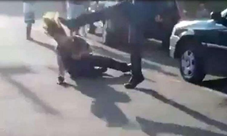 Depois de agredir a vigilante com socos no rosto, Luiz Felipe ainda chute a sua cabeça (foto: Divulgação/Vídeo)
