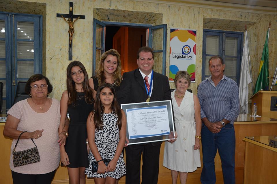 Acompanhado da esposa, também médica, Dra. Adriana, das filhas, Cecília e Alice e dos pais Denise e Dimas Bueno, Dr. Adrian se emocionou ao falar da família.