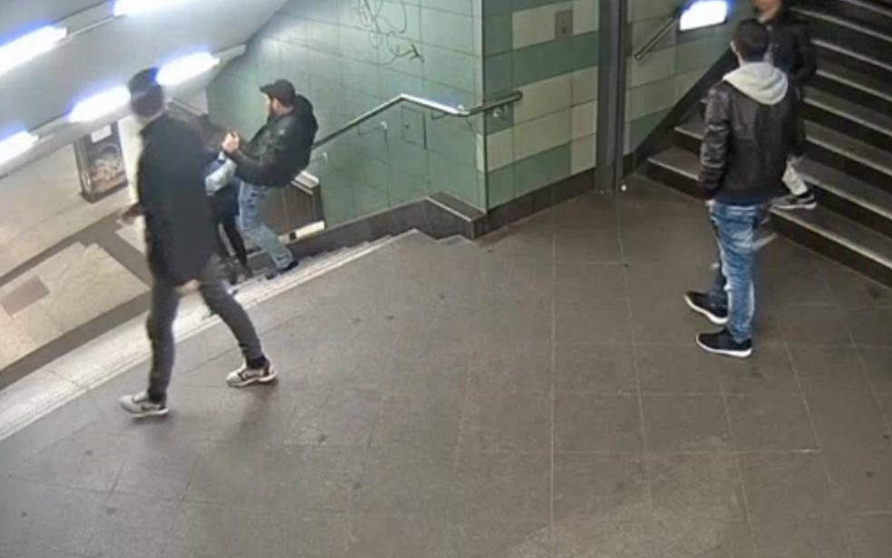 Homem chuta mulher no metrô de Berlim (Foto: AFP)