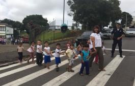 Crianças aprendem a observarem os sinais de trânsito
