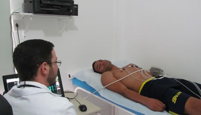 Goleiro Camilo realiza exames com médico cardiologista em Poços (Foto: Divulgação/Associação Atlética Caldense)