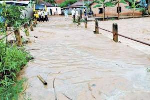 Cheia. Nível do córrego Novo Horizonte, que corta o distrito de Imbiruçu, em Mutum, subiu