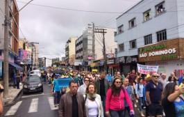 Moradores saem às ruas em protesto contra a corrupção