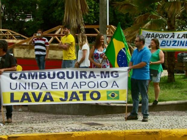 Manifestantes de Cambuquira (MG) também se juntaram ao protesto em Varginha (Foto: Reprodução EPTV / Carlos Cazelato)