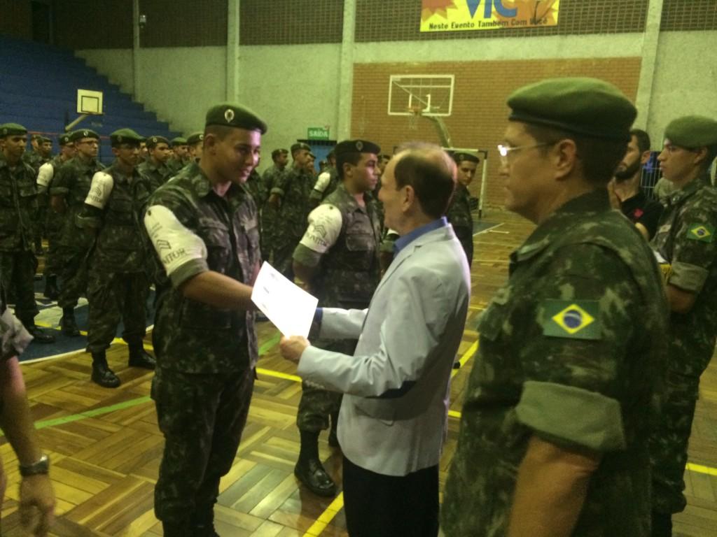 Ao falar aos novos atiradores, na condição de Diretor do Tiro de Guerra, o Prefeito Antônio Silva lembrou que o Serviço Militar traz ordem, disciplina e responsabilidade, mas também agrega valores de solidariedade, companheirismo e amizade