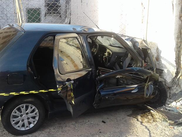 Motorista bate carro contra portal de sustentação de portão em avenida de Varginha (Foto: Lucas Magalhães/EPTV)